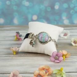 Bracelet cabochon et lien de cuir. Fleurs vert pastel et lavande