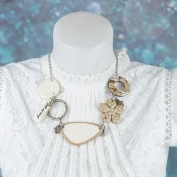 Collier court, asymétrique, teintes claires beiges et blanches