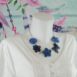 Collier court, Chic en bleu...